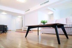 Tabelle im Wohnzimmer Stockbild