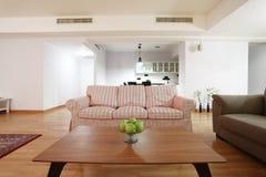 Tabelle im Wohnzimmer Lizenzfreie Stockfotografie
