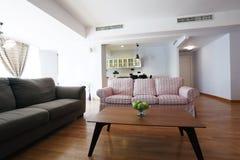 Tabelle im Wohnzimmer Stockfotos