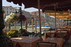 Tabelle lungo il canal grande, Venezia immagine stock