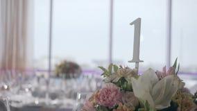 Tabelle messe per un partito o un ricevimento nuziale di evento Cena elegante di lusso della regolazione della tavola in un risto archivi video