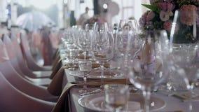 Tabelle messe per un partito o un ricevimento nuziale di evento Cena elegante di lusso della regolazione della tavola in un risto video d archivio