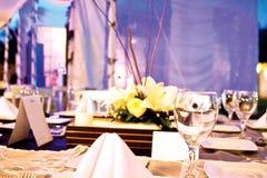 Tabelle mit Blumenmittelstück Lizenzfreie Stockfotos