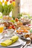 Tabelle mit den Delikatessen bereit zu Ostern-Brunch Stockbild