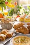 Tabelle mit den Delikatessen bereit zu Ostern-Brunch Lizenzfreies Stockfoto