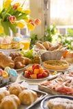 Tabelle mit den Delikatessen bereit zu Ostern-Brunch Lizenzfreies Stockbild