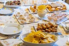 Tabelle mit den verschiedenen Snäcken bereit zur Familienmahlzeit Lizenzfreie Stockfotografie