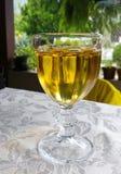 Tabelle mit einem Glas Weißwein Stockbilder