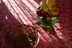 Tabelle mit einer Schüssel Frucht Stockbilder