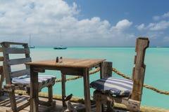 Tabelle mit einer Seeansicht in Aruba Lizenzfreies Stockbild
