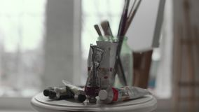 Tabelle mit Farben und Bürsten schließen oben stock video
