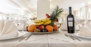 Tabelle mit Früchten Lizenzfreies Stockbild
