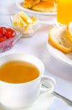 Tabelle mit Frühstück lizenzfreie stockfotografie