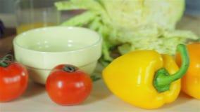 Tabelle mit Gemüse für Abendessen stock footage
