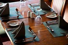 Tabelle mit Gläsern Stockfoto