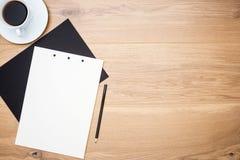 Tabelle mit Kaffee und Papier Stockbild
