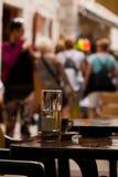 Tabelle mit Kaffeetasse und Glas Wasser im Mengenplatz Lizenzfreie Stockfotografie
