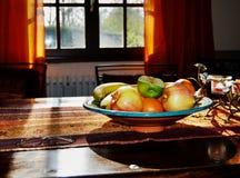 Tabelle mit Kerzenhalter, Gläsern und Früchten Stockbild