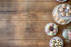 Tabelle mit kleinen Kuchen, Törtchen, Kuchenknallen und Horngebäck Kopieren Sie SP stockfotos