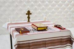 Tabelle mit Kreuz, Bibel, Kerze lizenzfreie stockbilder