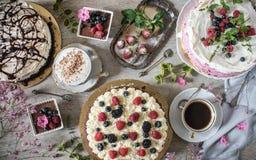 Tabelle mit Lasten von Kuchen lizenzfreies stockfoto