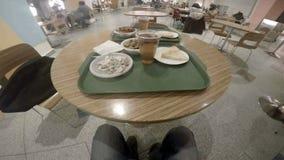 Tabelle mit Lebensmittel auf grünem Behälter im Café stock footage