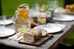 Tabelle mit Lebensmittel für Abendessen am Sommergartenfest Stockfoto