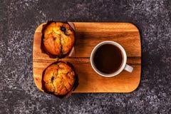 Tabelle mit Muffins und Kaffee Stockfotografie