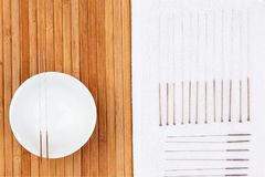 Tabelle mit Nadeln für Akupunktur Silberne Nadeln für traditionelle Akupunkturmedizin auf Tabelle Stockbild