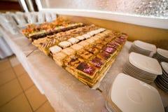 Tabelle mit Nahrung Lizenzfreie Stockfotografie