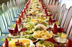 Tabelle mit Nahrung Stockbild