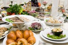 Tabelle mit Nahrung Lizenzfreies Stockbild