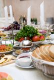Tabelle mit Nahrung lizenzfreie stockbilder
