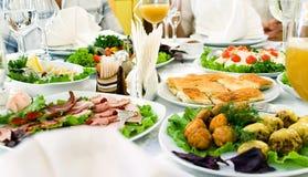 Tabelle mit Nahrungsmittelhintergrund Lizenzfreie Stockfotos