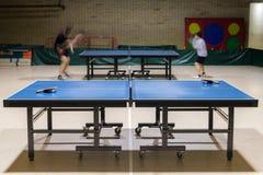 Tabelle mit Netz für Tischtennis Stockfotografie