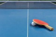 Tabelle mit Netz für Tischtennis Stockbild