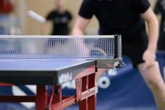 Tabelle mit Netz für Tischtennis Lizenzfreie Stockfotografie