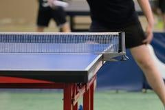 Tabelle mit Netz für Tischtennis Lizenzfreies Stockfoto