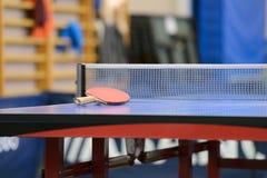 Tabelle mit Netz für Tischtennis Stockfotos