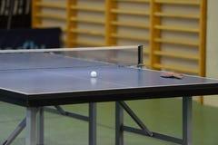 Tabelle mit Netz für Tischtennis Stockbilder