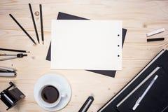 Tabelle mit Papier und Briefpapier Lizenzfreie Stockfotografie