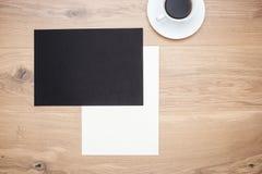 Tabelle mit Papier und Kaffee Stockbild