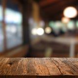 Tabelle mit Restauranthintergrund Stockfotos