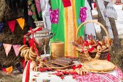 Tabelle mit russischen Volksnachtischen und einem Samowar Stockbilder
