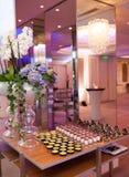 Tabelle mit Snäcken und Cocktails Stockbilder