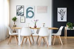 Tabelle mit Stühlen stockfotografie