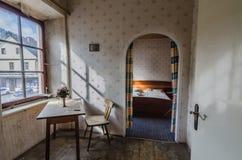 Tabelle mit Stuhl in einem Schlafzimmer lizenzfreie stockfotografie