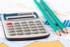 Tabelle mit Taschenrechner und Bleistiften Lizenzfreie Stockfotografie