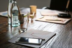 Tabelle mit Telefon und Dokumente erstellt für Geschäftstreffen im Konferenzsaal stockbilder