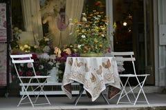 Tabelle mit Tischdecke Stockfoto